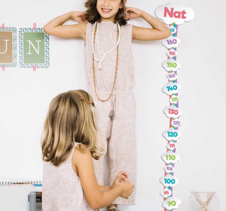 TenStickers. Messlatte Kind Wolken. Süße Messlatte für das Kind mit Wolken. Individuell mit Namen gestaltbar. Schöne Dekorationsidee für das Kinderzimmer.