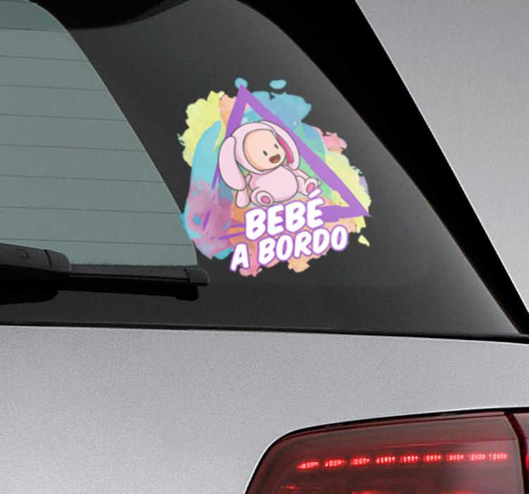 TenVinilo. Vinilo bebé a bordo estilo splatter. Pegatinas para coche con el dibujo de un niño pequeño disfrazado, con un marco triangular de advertencia y una colorida textura de manchas.