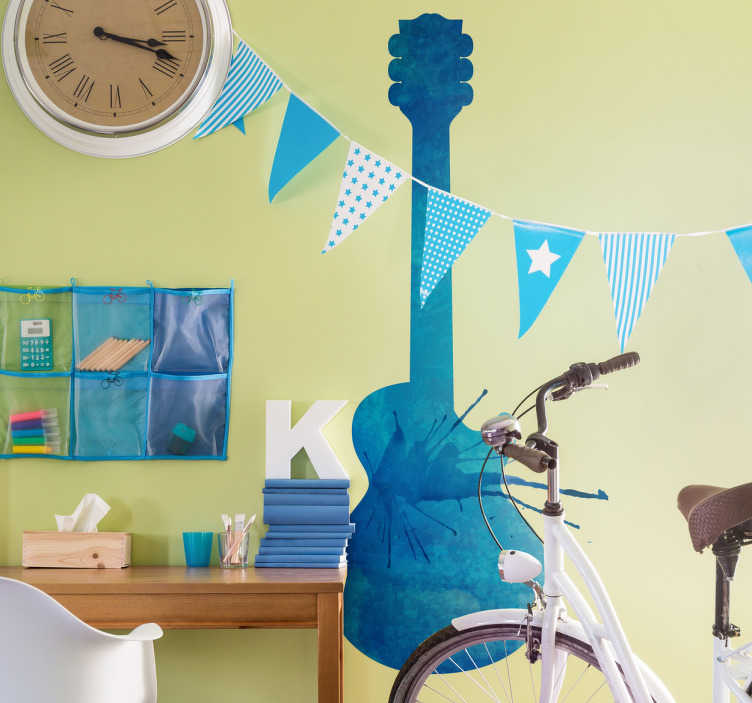 TenStickers. Muurstickers gitaar verfspetters. Muursticker met de artistieke weergave van het silhouet van een elektrische gitaar in blauwe tinten met een textuur dat lijkt op vlekken verf.