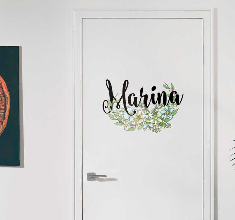 TenStickers. Deursticker met naam bloemen. Decoratieve deursticker waarop een naam naar keuze kan worden aangebracht. Met een krans met bloemen zal de naamsticker prachtige decoratie bieden.