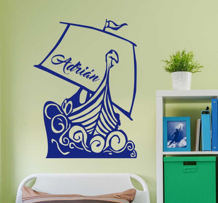 TenStickers. Wandtattoo personalisierbares Wikingerboot. Cooles Wandtattoo für das Kinderzimmer mit einem Wikingerboot zu hoher See. Gestalten Sie das Boot individuell mit eigenem Namen.