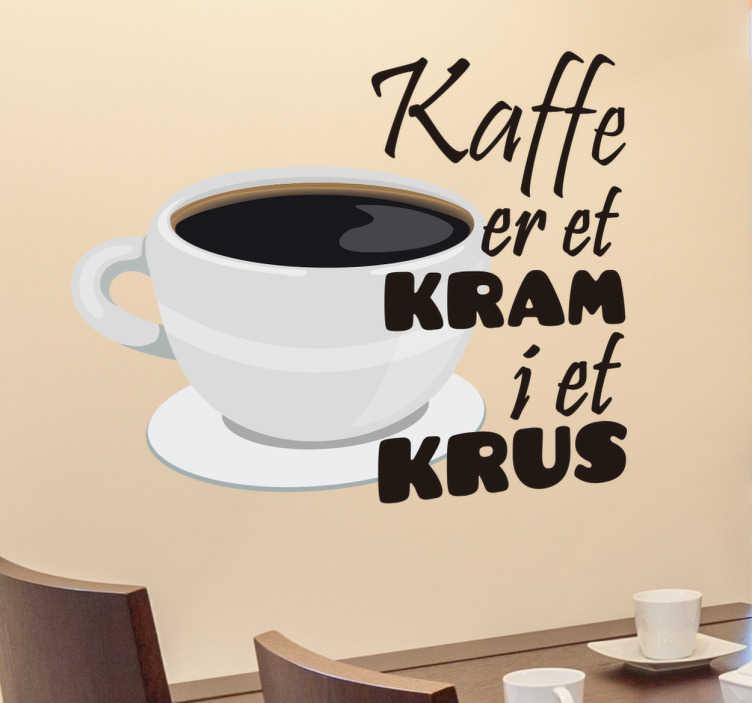 TenStickers. Kaffe tekst wallsticker. Kaffe er et kram i et krus klistermærke. Dekorativ wallsticker om danskernes yndlings drik, kaffe! Ideel til køkkenet eller cafeen.