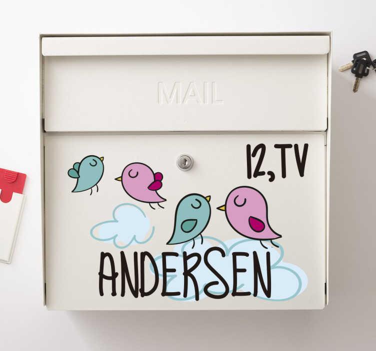 TenStickers. Fugle postkasse sticker. Sød dekorations idé til postkassen. Dekorativ postkasse sticker med motiver af små fugle og skyer. Tilføj jeres navn og nummer.