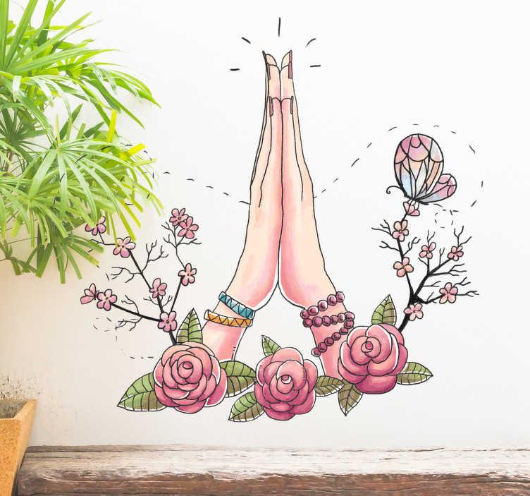 TenStickers. Muursticker tekening namasté. Decoratieve muursticker die geïnspireerd is op de oosterse cultuur met de afbeelding van twee handen omlijst met bloemen en een vlinder.