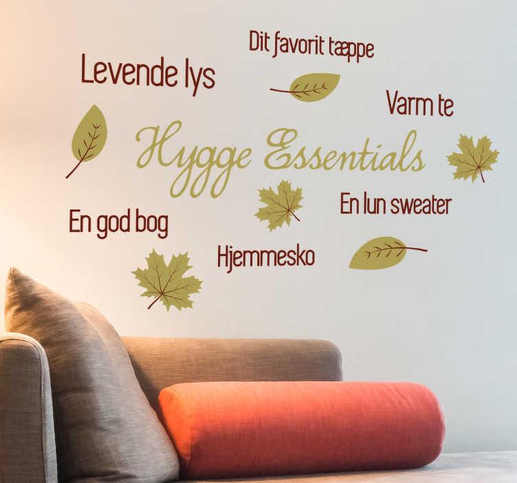 TenStickers. Hygge essentials sticker. Klistermærke der på bedste vis forsøger at komme med sit bud på hygge essentials. Dekorativt hygge klistermærke ideelt til hjemmet.