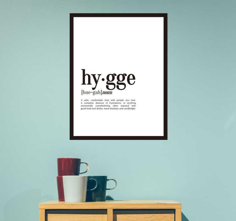 TenStickers. Naklejka ścienna definicja Hygge. Naklejka na ścianę z duńskim słowem Hygge, którego nie da przetłumaczyć się na język polski i jego definicją Hygge jest to sztuka szczęścia, radość z rzeczy codziennych Ta naklejka przypomni Ci by zawsze chodzić z szerokim uśmiechem na twarzy