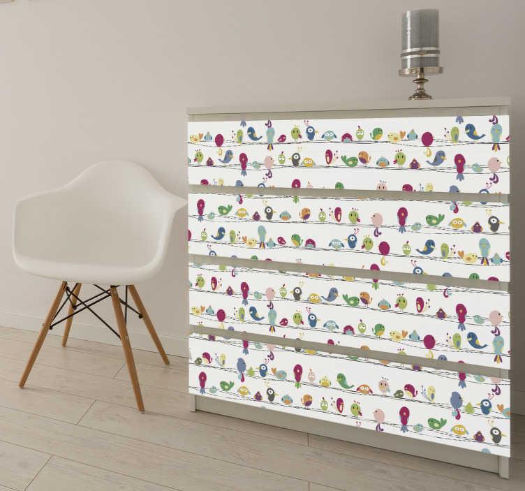 TenStickers. Naklejki meblowe ptaki na drucie. Udekoruj wszystkie swoje stare meble lub proste szafki ikea tym klejem. Ten projekt składa się z różnych kolorowych ptaków, które siedzą razem na drucie z białym tłem.