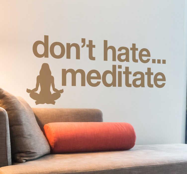 TenStickers. Muursticker yoga don't hate. Yoga muursticker voor mensen die deze traditionele fysieke, mentale en spirituele discipline beoefenen die zijn oorsprong heeft in India.