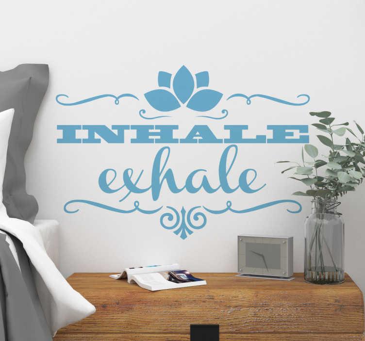"""TenStickers. Muursticker inhale exhale. Vinyl muursticker met een Engels uitspraak """"Inhale, exhale"""" met betrekking tot de fysieke discipline van yoga en oosterse meditatietechnieken."""