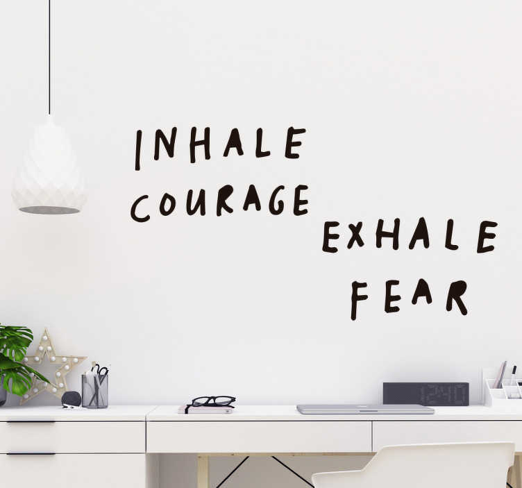"""TenStickers. Tekst stickers Adem moed in. Deze tekst muursticker met de quote """"inspireert moed, ademt angst uit"""" is voor jou, plaats hem in je kamer of werkruimte om je dagelijks kracht te geven."""