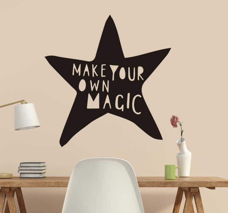 """TenStickers. Vinil """"make your own magic"""". Este autocolante é ótimo para te dar motivação diária e te relembrar que seres único é um poder. Esta citação vem escrita numa estrela assimetrica."""