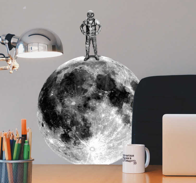 TenStickers. Muursticker astronaut op de maan. Een muursticker voor kinderen die een astronaut weergeeft die op de maan staat. Prachtige ruimte sticker voor in de kinderkamer.