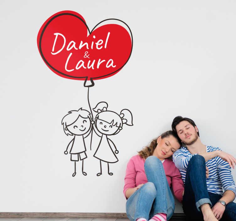 TenStickers. Vinil adesivo namorados personalizável. Vinil personalizado com o desenho de um casal segurando um balão com uma forma de coração.