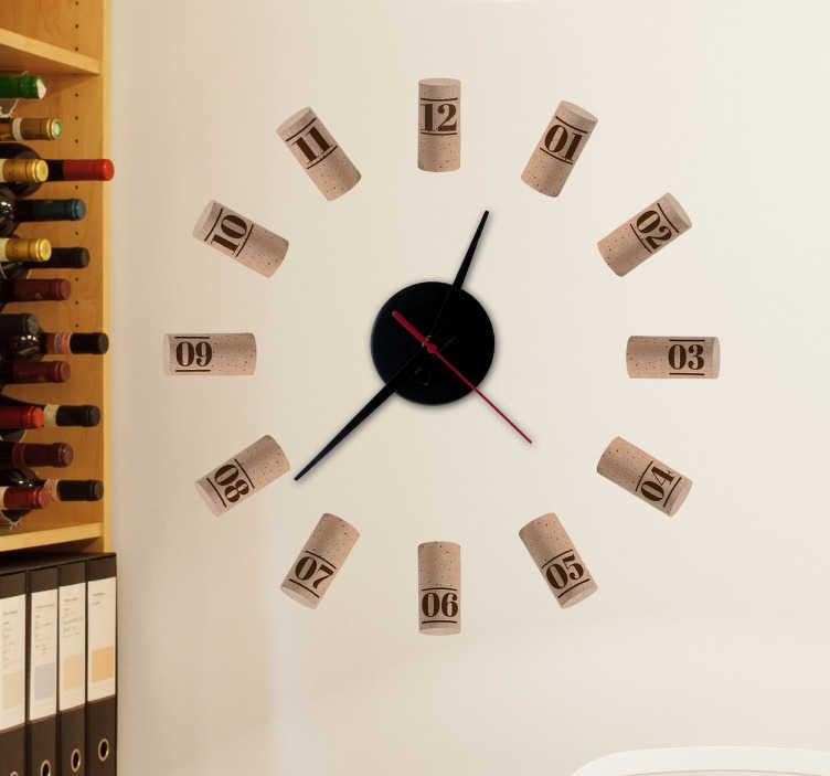 TenStickers. Klok muursticker wijnkurken. Een stijlvolle klok voor de echte wijnliefhebber. Een werkend klokmechanisme met een muursticker van wijnkurken als achtergrond.