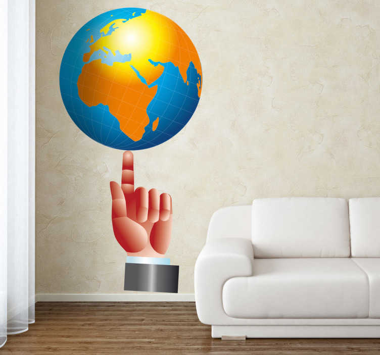 TenStickers. Wandtattoo Globus auf Finger. Gestalten Sie Ihr Zuhause mit diesem klassischen Wandtattoo eines Globus auf einem ausgestrecktem Finger.