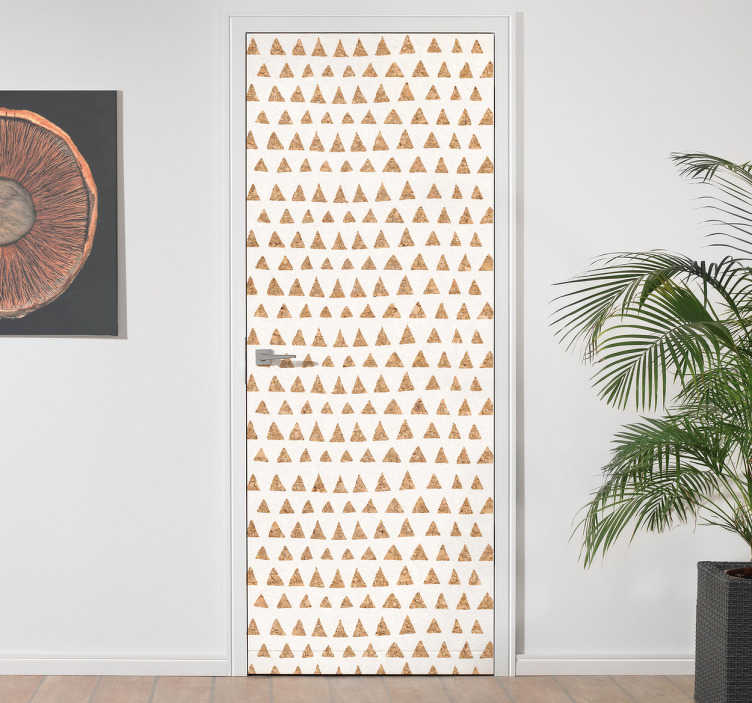 TenStickers. Deursticker driehoeken kurk. Decoratieve deursticker met een patroon van een reeks driehoeken op een witte achtergrond, elk figuur is bedrukt met een kurkstructuur tekening.