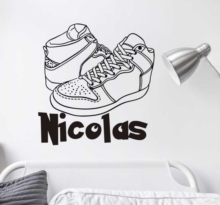 TenStickers. Wandtattoo Sneaker personalisierbar. Cooles Wandtattoo mit einem paar Sneaker und Namen der persönlich gestaltet werden kann. Tolle Dekorationsidee für das Kinderzimmer.