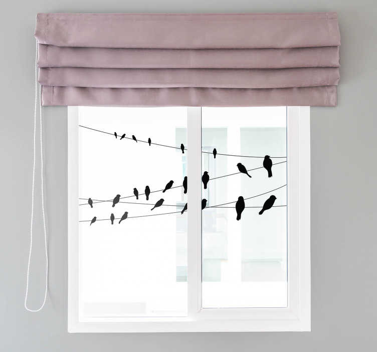 TenStickers. Fugle på en linje vindue klistermærke. Den smukke vinduesmærkat illustrerer mange fugle sidder på en linje. Giv dit vindue eller din glasdør et forfriskende strejf med et moderne fuglvinduestik.