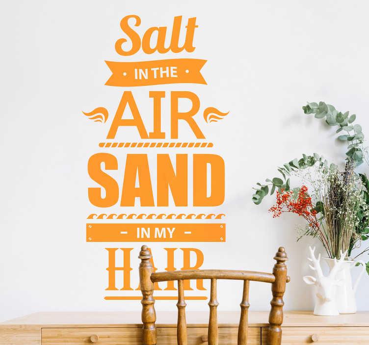"""TenStickers. Woonkamer muursticker Salt & Sand. Decoreer de woonkamer met deze sticker met de tekst """"Salt in the air Sand in my hair"""". Verkrijgbaar in verschillende formaten. Keuze uit 50+ kleuren."""