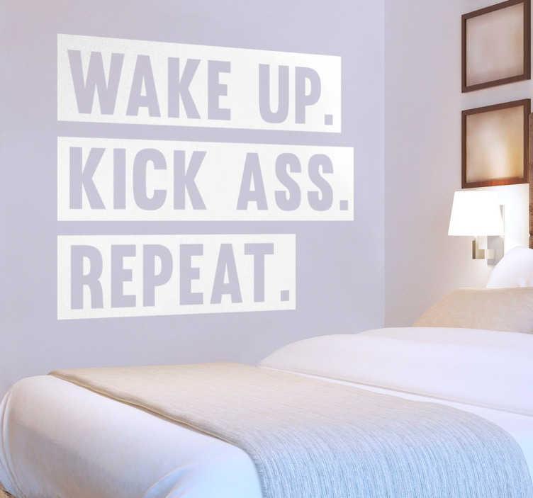 """TenStickers. Wandtattoo Wake Up Kick Ass. Der Text Sticker """"WAKE UP. KICK ASS. REPEAT."""" ist die optimale Motivation, um Ihnen beim Aufstehen zu helfen. Motivierendes Wandtattoo zur Dekoration Ihres Schlafzimmers."""
