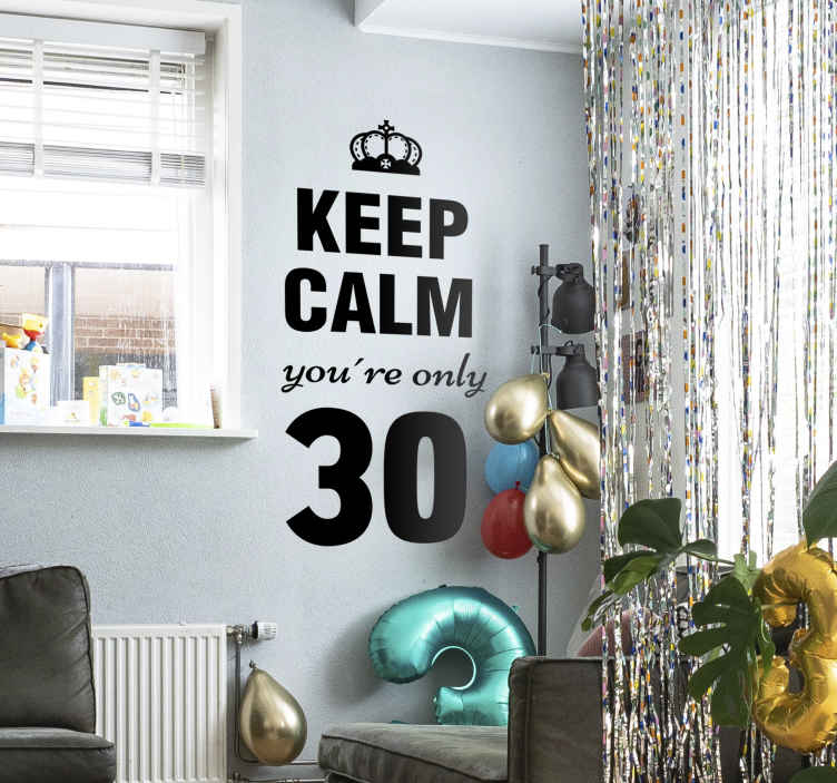 """TenStickers. Vinil Keep Calm idade personalizável. Decora a tua sala com este vinil autocolante decorativo de excelente qualidade, que ilustra em inglês """"mantenha a calma só tens ... (idade)""""."""