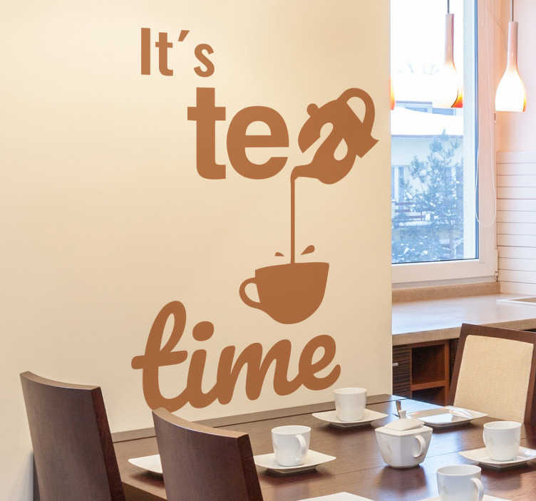 """TenVinilo. Vinilo texto tea time. Divertido vinilo decorativo con el texto """"es la  hora del té"""", una de las letras adopta la forma de una tetera que vierte el líquido en una taza."""