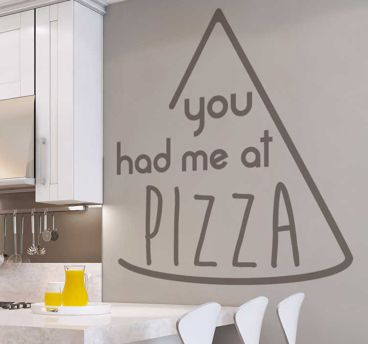"TenStickers. Wandtattoo You had me at Pizza. Witziges Wandtattoo mit einem Pizzastück und dem Text ""You had me at Pizza"". Perfekte Dekorationsidee für die Küche aller Pizzalover."