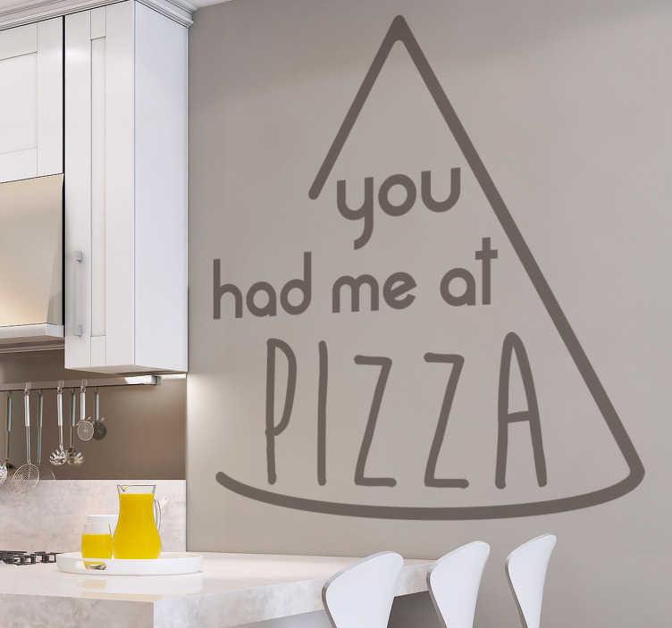 TenStickers. Muursticker you had me at pizza. Deze leuke en grappige muursticker met de tekst you had met at pizza in een pizza punt brengt een leuke sfeer aan in de ruimte.