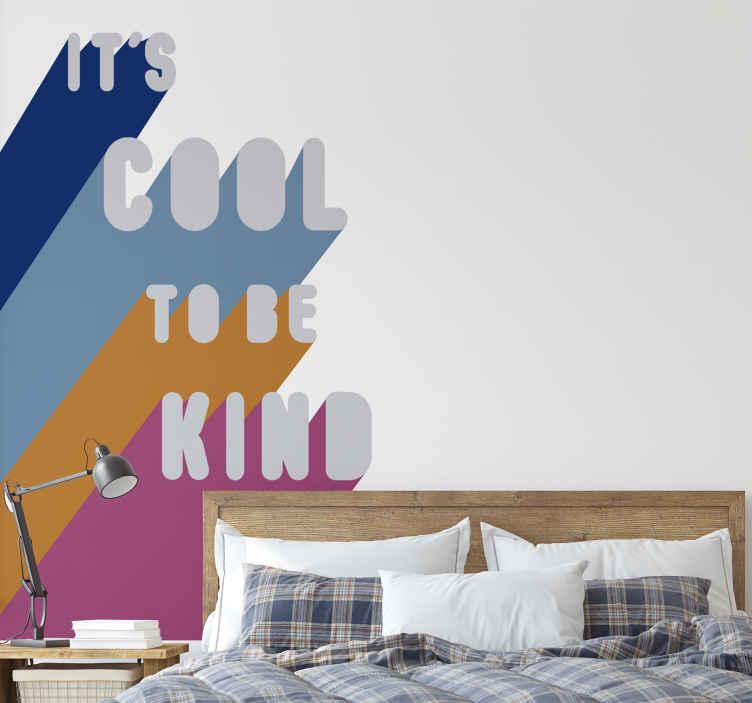 """TenStickers. Wandtattoo Be Kind. Cooles Wandtattoo mit dem Spruch """"It´s cool to be kind"""" im schönen bunten Design. Tolle Dekorationsidee für das Wohnzimmer."""