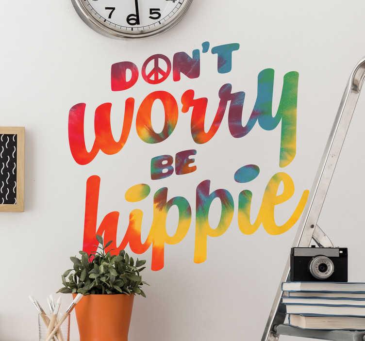 """TenStickers. Naklejka na ścianę tie dye be hippie. Naklejka winylowana ścianę z zabawnym i oryginalnym napisem: ''Don't worry be hippie"""" w stylu tie dye. Nadaj pomieszczeniu ciekawego i hipisowego stylu z naszą naklejką"""