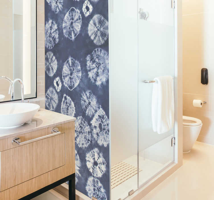 TenStickers. Sticker paroi de douche shibori. Sticker salle de bain pour redécorer votre porte de douche avec les douces teintes bleutées des motifs shibori. Un sticker élégant qui apportera une touche originale à votre salle d'eau, tout en douceur.  Un sticker pas cher qui vous permettra de redécorer votre intérieur de façon facile et rapide.