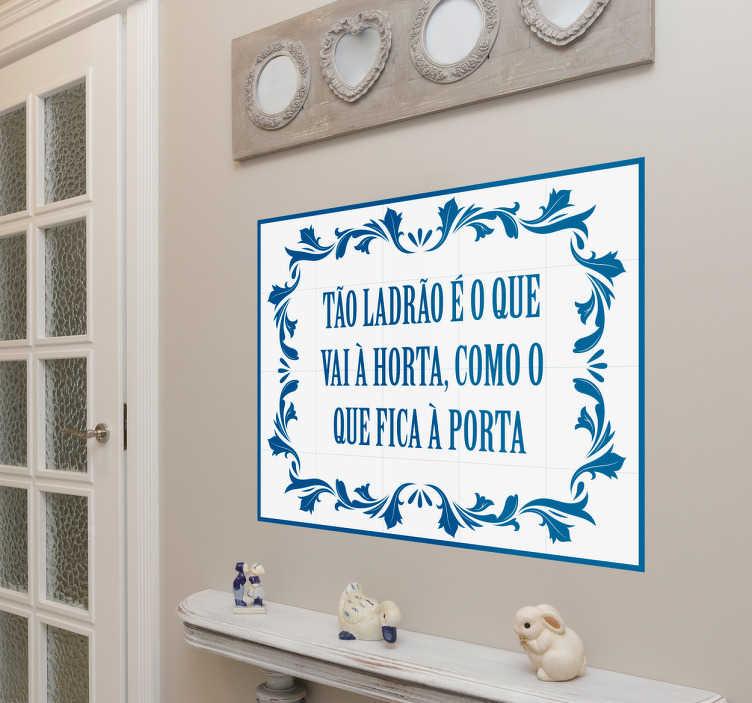 TenStickers. Vinil azulejo português com ditado popular. Vinil decorativo com uma recreação moderna dos azulejos com frases populares portugueses, que faziam parte da decoração das casas antigas.