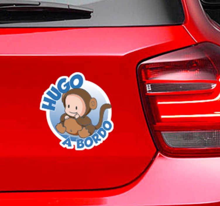 TenVinilo. Pegatina de bebé a bordo con nombre. Adhesivo para coches de bebé a bordo con un diseño circular y un niño pequeño disfrazado de mono. El nombre del sticker es personalizable.