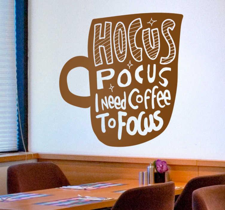 """TenStickers. Sticker mural texte café. Sticker texte """"Hocus pocus I need coffee to focus"""" (abracadabra, j'ai besoin de café pour me concentrer). Un sticker original qu'apprécieront tous les accros au café le matin pour bien se réveiller. Un sticker parfait pour apporter un peu de chaleur et de convivialité à votre environnement!"""