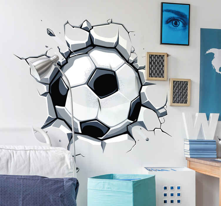 TenVinilo. Vinilo 3D infantil fútbol. Vinilos para pared para jóvenes amantes del deporte rey en el que parecerá que una pelota ha agujereado el muro.