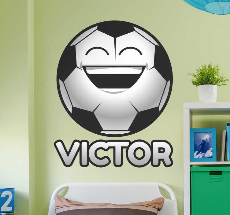 TenStickers. Naamsticker blije voetbal. Op zoek naar een vrolijke en persoonlijke touch in de kinderkamer? Deze blije voetbal naamsticker zal de kamer en iedereen erin meteen opvrolijken.