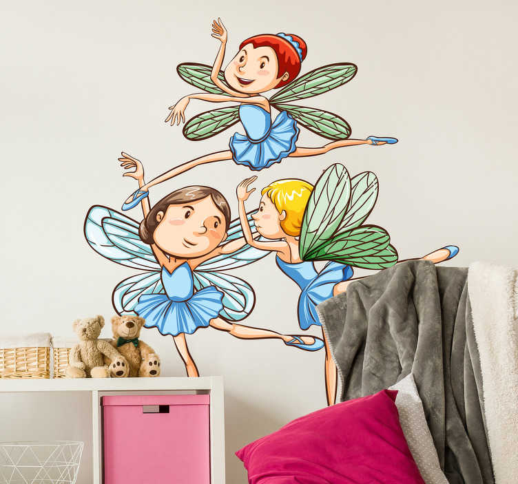 TenStickers. Adesivo para parede fadas. Decore o quarto da sua filha com este divertido adesivo para parede ilustrando 3 pequenas fadas a bailar pela parede do quarto.