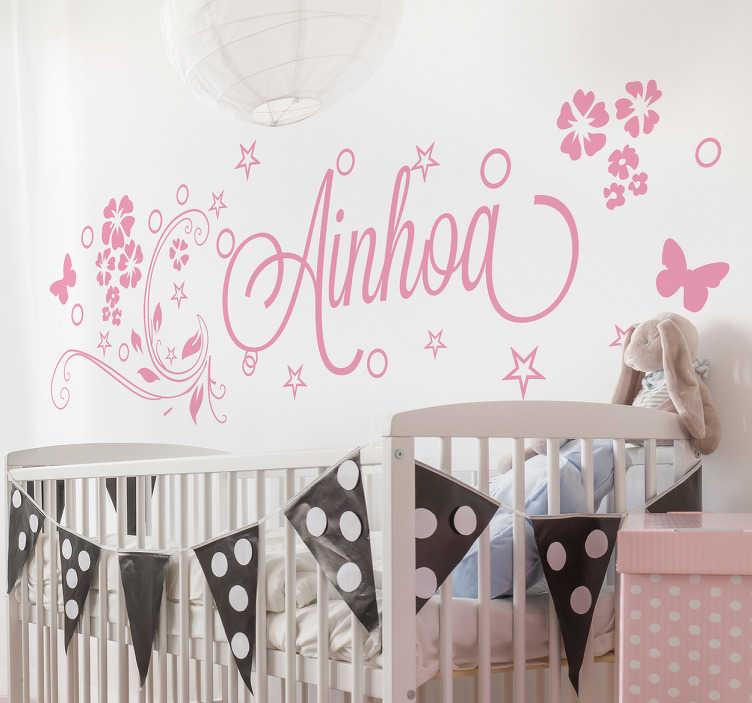 TenStickers. Naklejka imię dziecka otoczone kwiatkami. Spersonalizowana naklejka, przedstawiająca imię Twojej córki otoczone kwiatkami i motylkami! Ozdób pokój swojej córki z tą wyjątkową dekoracją ścienną! Naklejka na każdą gładką powierzchnię!
