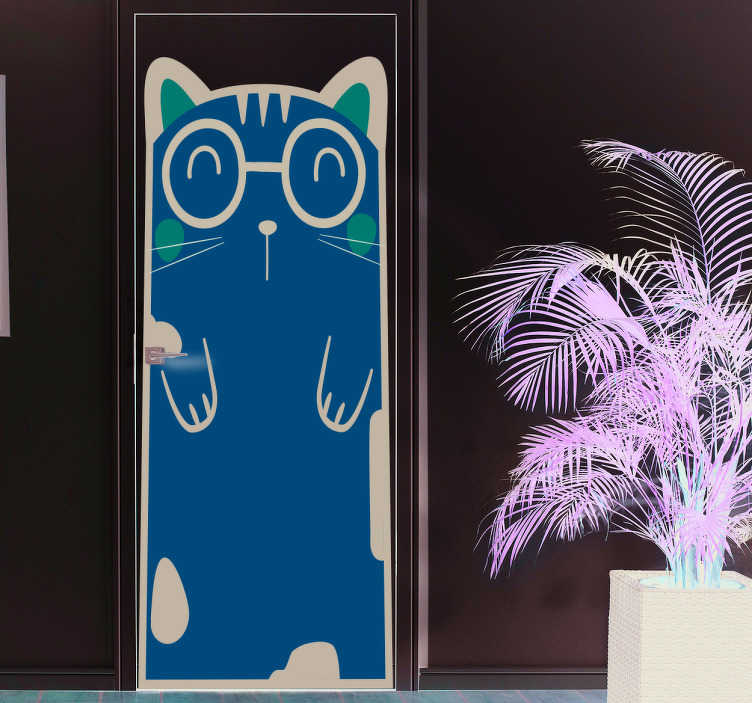 TenVinilo. Pegatina para puerta gato. Vinilo decorativo habitación infantil con el dibujo de un gato pardo con gafas en una postura afable dándote la bienvenida.