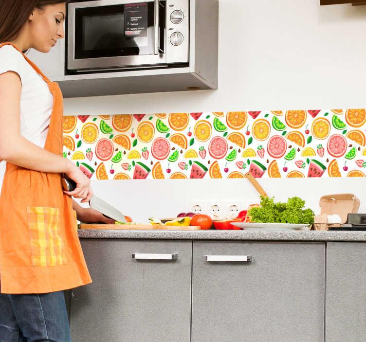 TenVinilo. Vinilo para cocina cenefa de frutas. Cenefa de cocina con un patrón colorido de distintas frutas como sandías, manzanas, kiwis o naranjas.