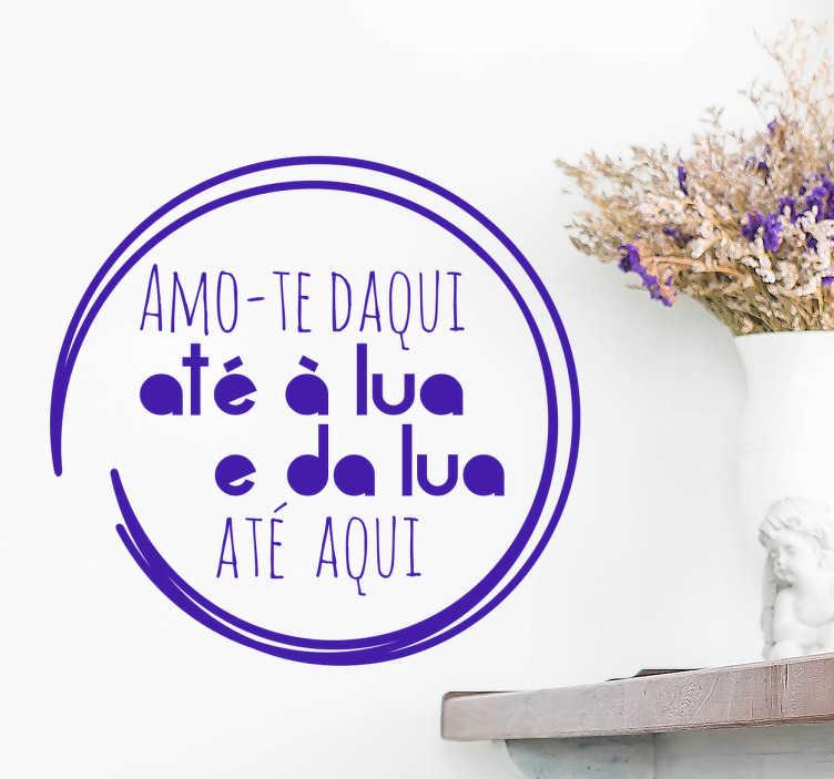TenStickers. Autocolante de parede amoroso. Autocolante de parede ideal para oferecer e surpreender a sua cara metade com a frase, em português, ''amo-te daqui até à lua e da lua até aqui''.