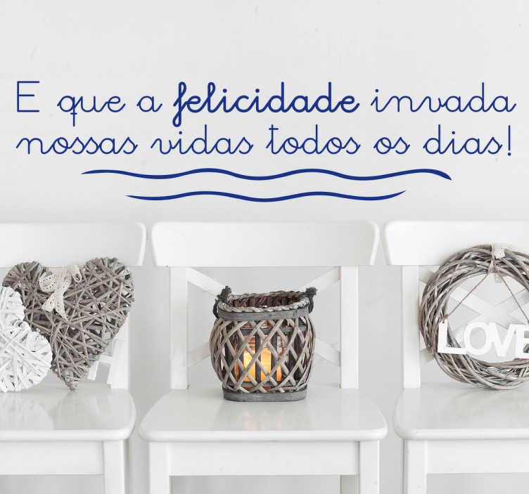 TenStickers. Vinil decorativo frase felicidade. Apresentamos para si uma frase, em português ''E que a felicidade invada nossas vidas todos os dias!'', inspire-se com este autocolante decorativo.