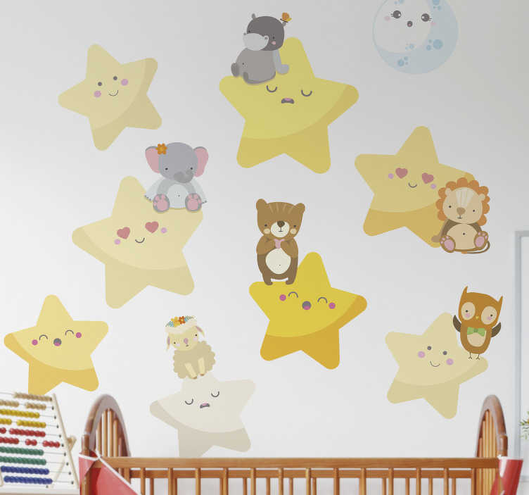 TenStickers. Adesivo de parede infantil. Este autocolante decorativo infantil ilustra umas estrelas estreladas no céu com alguns animais sentados e tranquilos em cima delas.