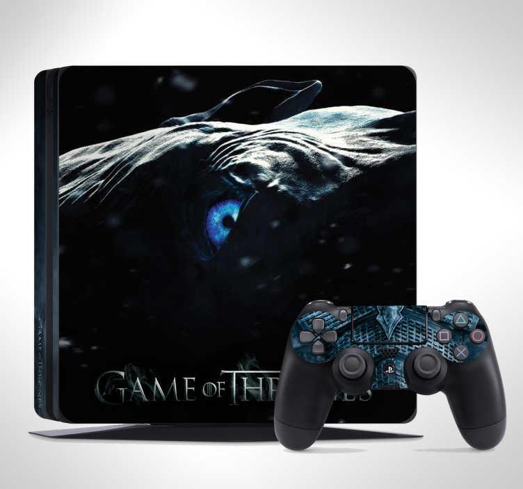 """TenStickers. Naklejka na PS4 Gra o Tron - Król Białych Piechurów. Naklejka na PS4 inspirowana serialem """"Gra o Tron"""". Jeśli uwielbiasz ten serial, ta wyjątkowa skórka na PS4 z wizerunkiem Nocnego Króla jest idealna dla Ciebie! Spersonalizowana naklejka – zamów wymarzony projekt!"""