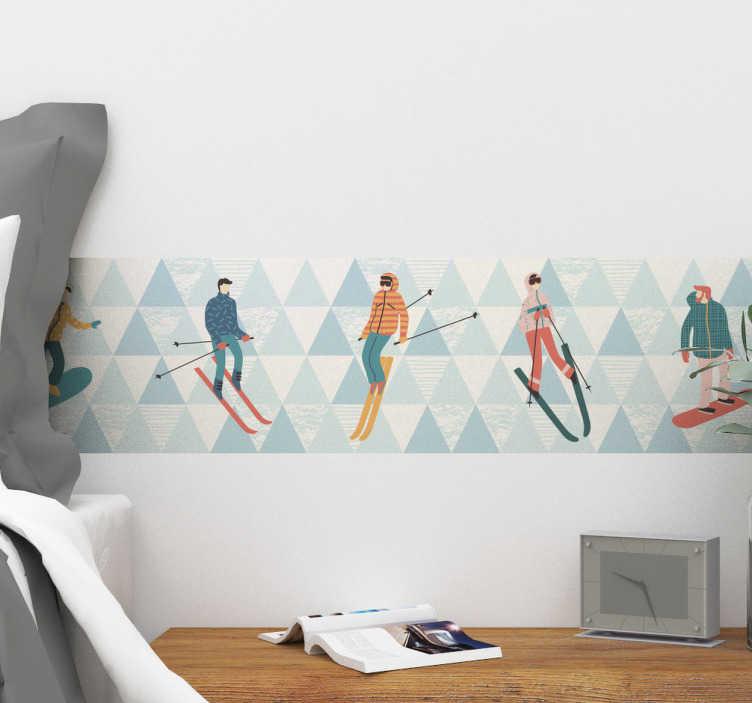 Tenstickers. Koristereunus hiihto. Koristereunus hiihto. Hauska sisustustarra, jossa on sinisävyistä geometristä kuviota taustalla ja erilaisia hiihtäjiä.