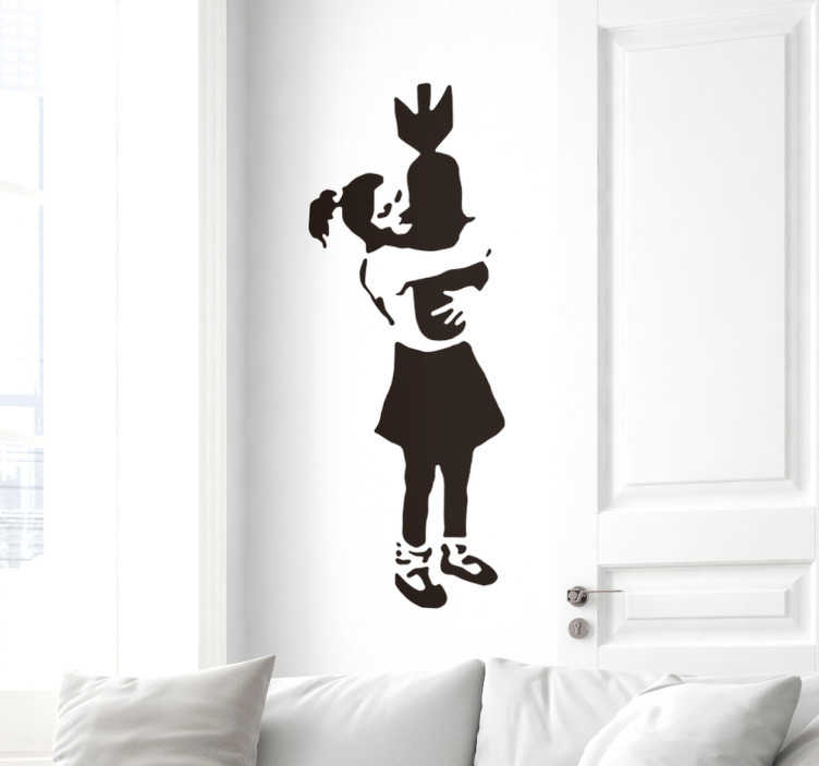 TenStickers. Sticker mural Banksy bombe. Sticker original représentant une jeune fille en train d'enlacer une bombe. Un sticker fortement inspiré du travail de Banksy, qui apportera une atmosphère urbaine à votre intérieur. Si vous souhaitez apporter une âme particulière à votre intérieur alors ce sticker est parfait!