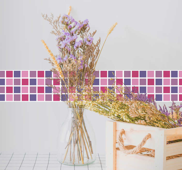 TenStickers. 紫罗兰色调瓷砖边框贴纸. 美丽的瓷砖边框贴纸装饰你的厨房或浴室在粉红色和紫色的可爱色调。这款装饰性乙烯基贴纸有任何尺寸可供选择,适合您的装饰,非常适合为墙壁的任何部分添加时尚风格。
