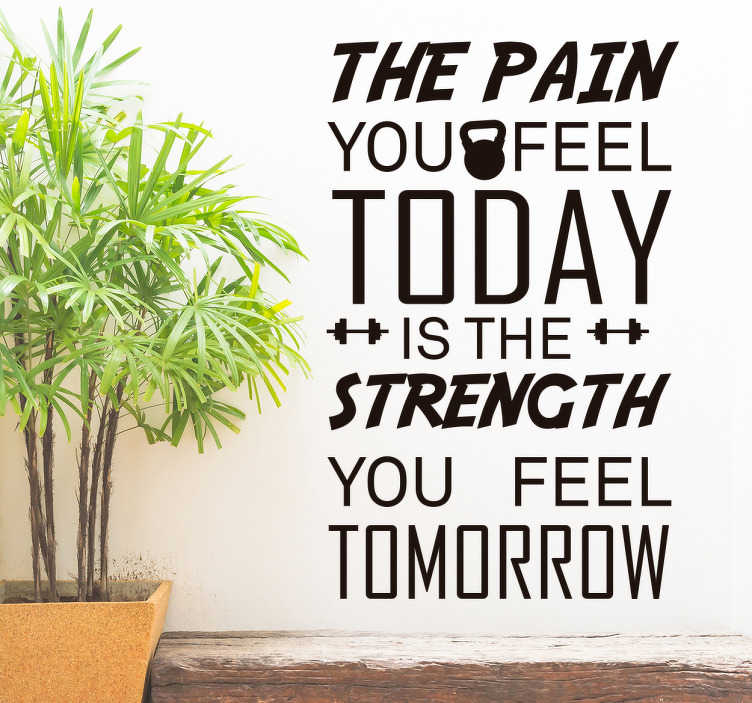 TenStickers. Autocolante texto fitness motivacional. Autocolante de parede com a mensagem ''The pain you feel today is the strength you feel tomorow'' uma ótima mensagem para se ter mais força.