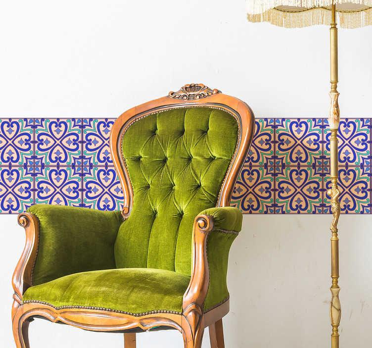 TenVinilo. Cenefa adhesiva flor de talavera. Vinilo autoadhesivo con elegante patrón floral que recrea azulejos clásicos, ideal para decorar paredes de tu cocina, salón o comedor.