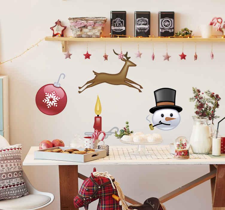 TenStickers. Sticker decorativo collezione Natale 3. Set di adesivi decorativi che raffigurano quattro elementi relazionati al Natale: la pallina dell'albero, il pupazzo di neve, la candela e la renna. Usali per decorare le pareti del tuo negozio.